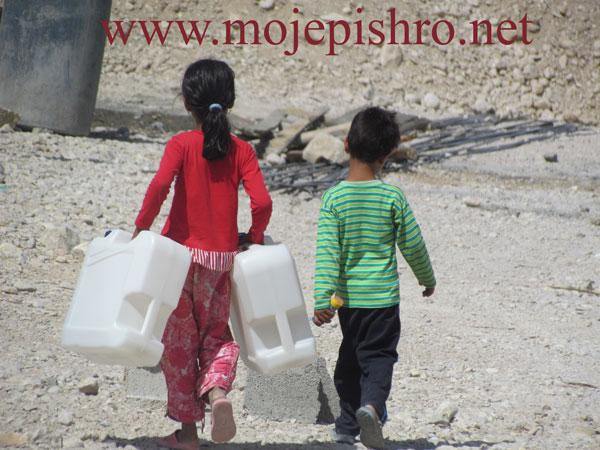مدیریت بحران آب آشامیدنی در منطقه زلزله زده بوشهر با توزیع دبه های آب بهداشتی استاندارد